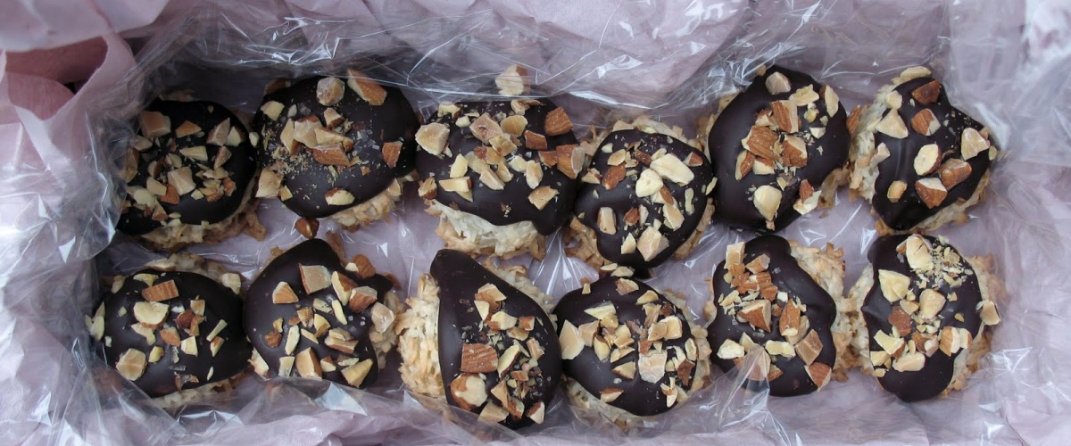 Macaroons with Chocolate Ganache and Almonds